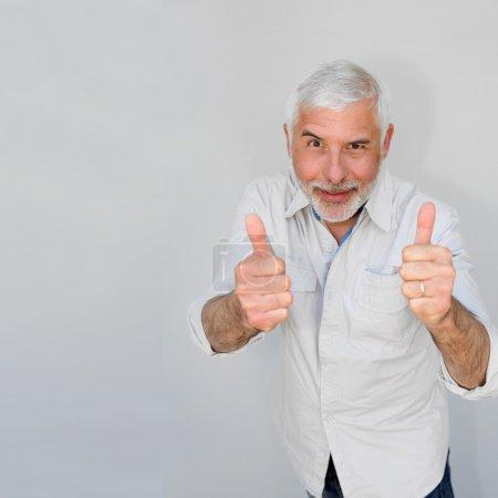 Foto de Hombre Senior con los pulgares para arriba - Imagen libre de derechos