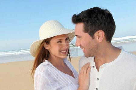 Photo pour Joyeux couple à la plage - image libre de droit