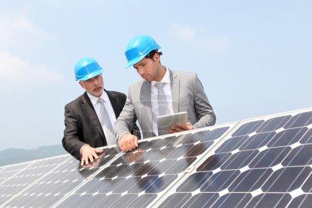 Foto de Ingenieros revisando la configuración de paneles solares - Imagen libre de derechos