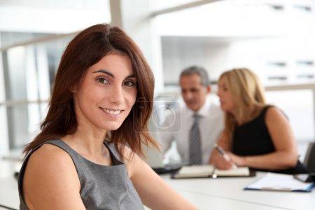 Photo pour Portrait de belle femme d'affaires en réunion de travail - image libre de droit