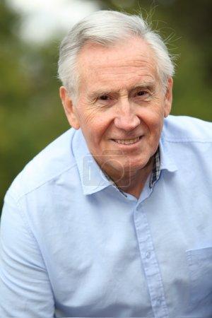 Photo pour Portrait d'un homme âgé souriant - image libre de droit