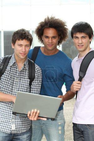 Photo pour Groupe d'étudiants avec ordinateur portable - image libre de droit