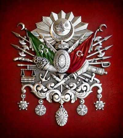 Photo pour Métal emblème ottoman empire avec les symboles et les drapeaux sur rouge - image libre de droit