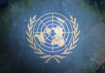 Photo pour Le drapeau des Nations Unies sur la texture grunge ancienne et vintage - image libre de droit