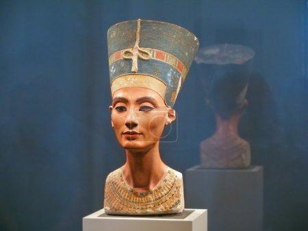 Photo pour Berlin - septembre 2005 : célèbre buste de la reine Néfertiti dans le Musée de Pergame de berlin, 4 septembre 2005 à berlin, Allemagne - image libre de droit