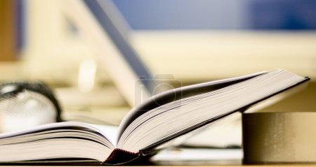 Photo pour Ouvrez le livre sur la table de bureau. lieu de travail et d'auto-éducation - image libre de droit