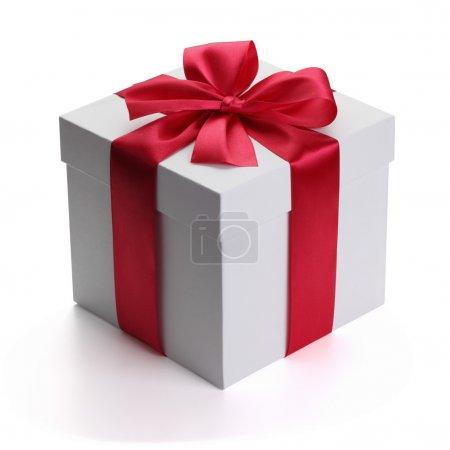 Photo pour Cadeau avec ruban et arc isolé sur le fond blanc, chemin de coupe inclus . - image libre de droit