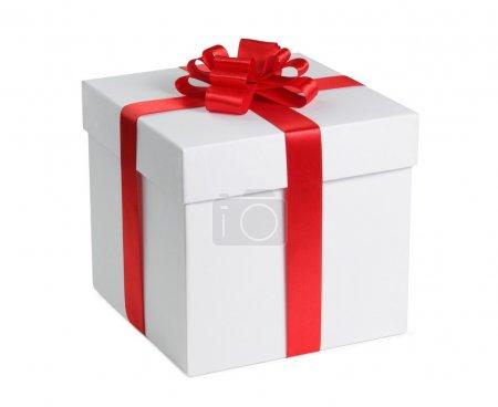 Foto de Caja de regalo con cinta final arco aislado sobre el fondo blanco, trazado de recorte incluido. - Imagen libre de derechos