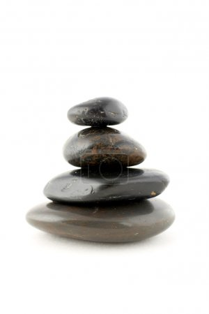 Photo pour Pile de pierres équilibrées avec ombre sur fond blanc - image libre de droit
