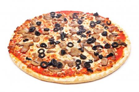 Photo pour Savoureuse pizza italienne, isolée sur fond blanc. Profondeur de champ faible - image libre de droit
