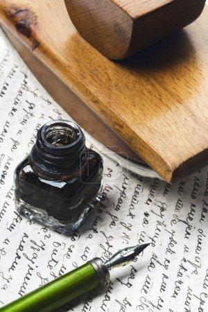 Photo pour Vintage écrivant des outils - plume, encrier et une encre sèche - sur une lettre - image libre de droit