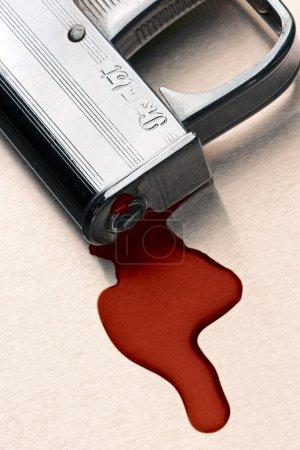 Photo pour Petit pistolet avec le bain de sang sous le bec - image libre de droit