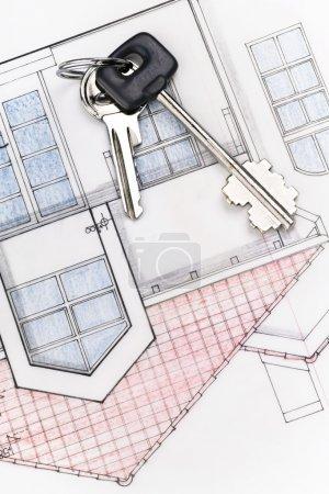 Photo pour Une paire de clés sur les plans d'une maison (avis de copyright : c'est un plan de ma propre maison - j'ai payé pour le design ) - image libre de droit