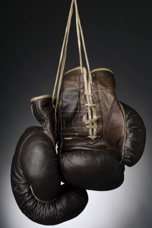 Photo pour Gants de boxe suspendu par la chaîne - image libre de droit