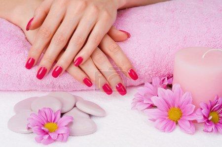 Photo pour Spa manucure avec fleurs roses, de pierres et de bougie - image libre de droit