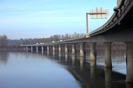 Photo pour Le pont I-205 reliant l'Oregon et les États de Washington vers le nord . - image libre de droit