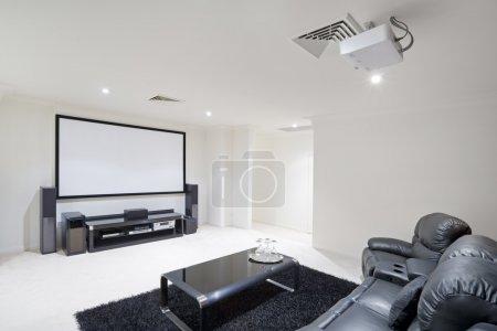 Photo pour Salle de cinéma-maison moderne avec fauteuils inclinables cuir - image libre de droit