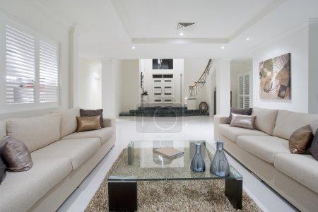 Photo pour Luxueux salon avec grande entrée en arrière-plan - image libre de droit