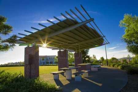 Photo pour Barbecue avec une pergola au soleil - image libre de droit