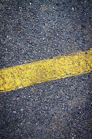 Photo pour Asphalte fond à rayures jaunes - image libre de droit