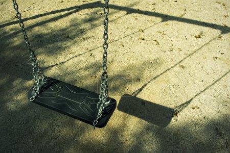 Photo pour Playground croate déserte un matin de septembre. mettre l'accent sur la balançoire. image est cross transformés pour refléter l'âge. - image libre de droit