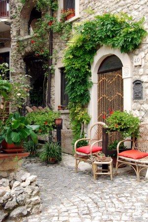 Photo pour Petite place entre les maisons d'Assergi - Abruzzes - Italie - image libre de droit