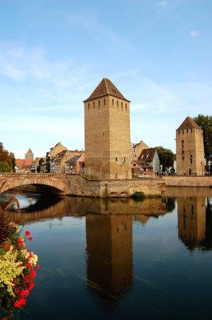Photo pour Le quartier de la petite france à strasbourg, avec ses ponts et tours - image libre de droit