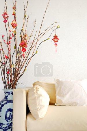 Photo pour Le nouvel an lunaire chinois décoration avec sofa moderne. pour les objets de nouvel an, fête et festival et les concepts de culture et mode de vie. - image libre de droit