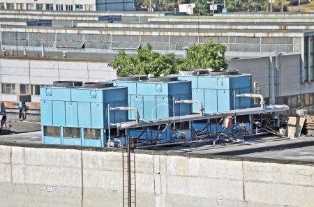 Photo pour Climatisation industrielle et les systèmes de ventilation sur le toit - image libre de droit