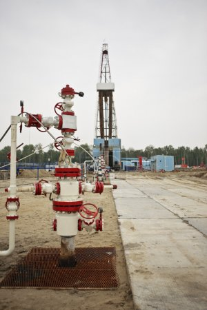 Multiple well platform for extraction of hydrocarbons