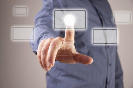 Photo pour Main appuyant sur un bouton sur une interface à écran tactile, fond flou homme - image libre de droit