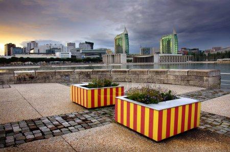 Photo pour Parc urbain moderne avec hauts immeubles à Lisbonne au portugal - image libre de droit