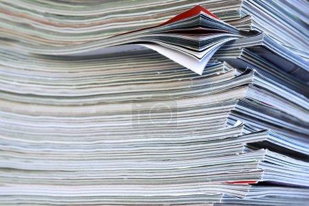 Photo pour Closeup fond d'une pile de vieux magazines avec flexion pages - image libre de droit