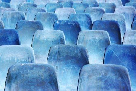 Photo pour Rangées de chaises bleues cassées et tachées dans un auditorium extérieur - image libre de droit