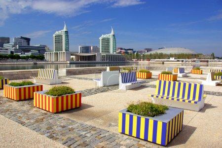 Photo pour Parc urbain moderne avec de hauts bâtiments à Lisbonne Portugal - image libre de droit