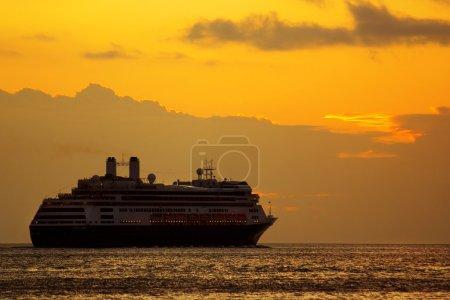 Photo pour Grand bateau de croisière au lever du soleil dans un voyage à l'horizon - image libre de droit
