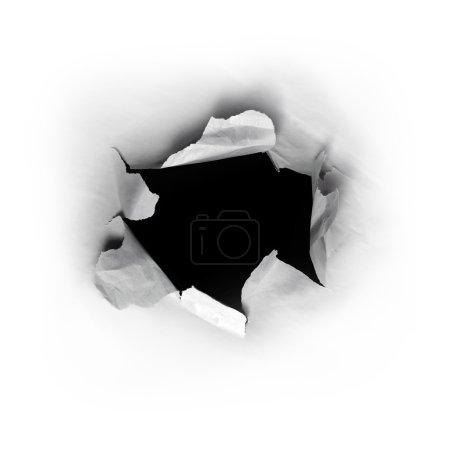 Photo pour Percé un trou rond dans le livre blanc avec un fond noir à l'intérieur - image libre de droit