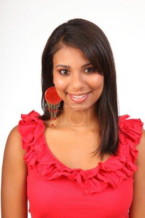 Photo pour Portrait d'une belle jeune fille latino avec beau sourire à la caméra - image libre de droit