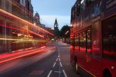 Big ben és a london city Angliában hajnalban buszok