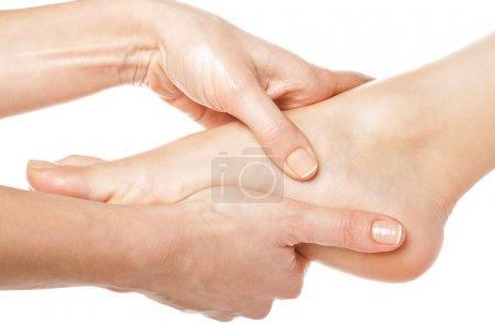 Photo pour Massage des mains de femme donnant un pied sur fond blanc - image libre de droit