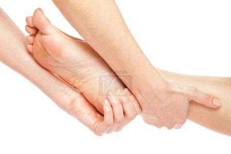 Photo pour Mains de femme donner un massage des pieds doux isolé sur blanc - image libre de droit