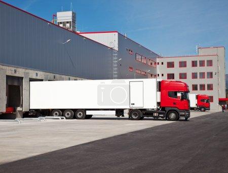Photo pour Camions cargo à l'entrée d'un entrepôt - image libre de droit