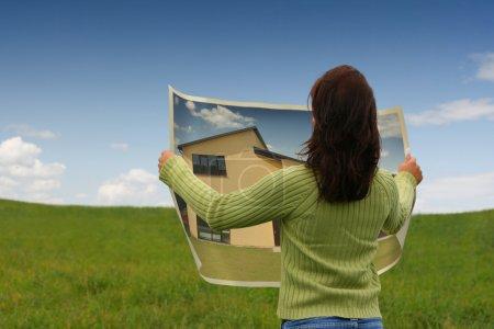Photo pour Femme rêvant d'une nouvelle maison - image libre de droit