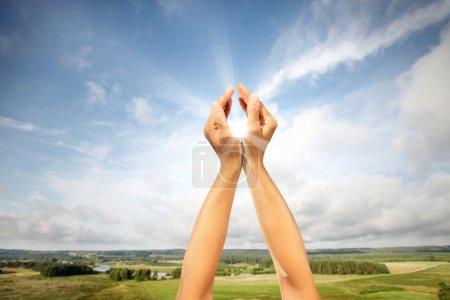Photo pour Soleil dans les mains, le concept de l'énergie solaire - image libre de droit