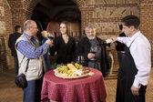 Fest och provsmakning av vin i vingården