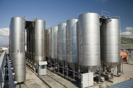 Stainless steel reservoirs for wine