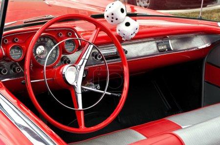 Photo pour Tableau de bord de convertible rouge classique avec dés flous - image libre de droit