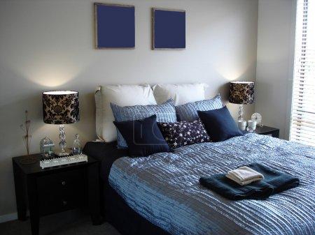 Photo pour Une palette sophistiquée de bleu dans cette chambre de maître dans une maison moderne et contemporaine - image libre de droit