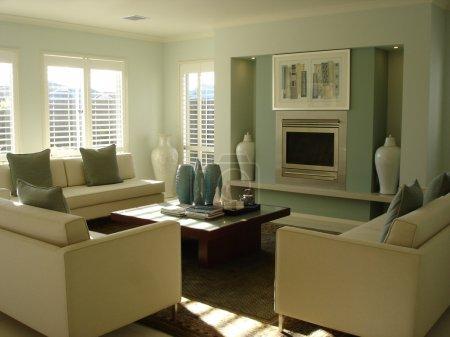 Photo pour Salon moderne avec des meubles décoratifs - image libre de droit