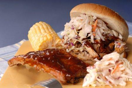 Photo pour Sandwich au porc avec salade de chou avec côtes, maïs et haricots - image libre de droit